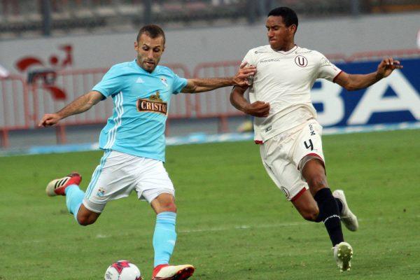 Horacio Calcaterra y Adan Balbín disputan un balón. Foto: Prensa Sporting Cristal