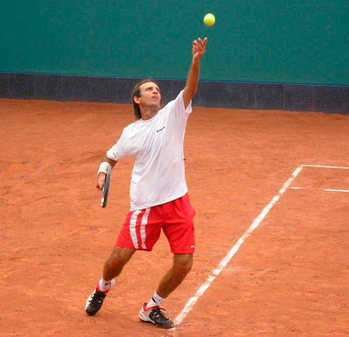 Alejandro Aramburu destacó en el inicio del Torneo de Seniors de Tenis